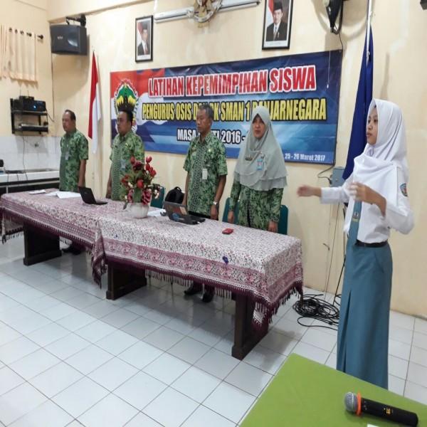 Menyanyikan Indonesia Raya Pada Acara Latihan Kepemimpinan Siswa  Pengurus Osis Dan PK SMAN 1 Banjarnegara
